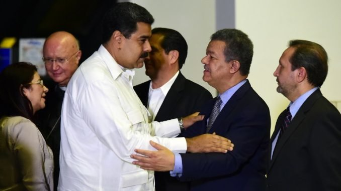 Venezuela's President Nicolas Maduro (L) and Dominican Republic's former President Leonel Fernandez are pictured before a meeting between Venezuela's government and opposition leaders for Vatican-backed talks, in a bid to settle the country's deepening political crisis, in Caracas on October 30, 2016.   It will be the first open dialogue between the sides in nearly a year of opposition efforts to drive President Nicolas Maduro from power. / AFP PHOTO / RONALDO SCHEMIDT